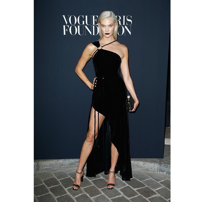 Karlie Kloss paired her asymmetrical Mugler gown with a dark bold lip and new platinum hair. 