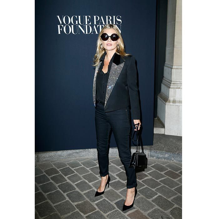 Kate Moss showed off her amazing style in an all-black ensemble and a dazzling jewelled blazer at the Vogue Foundation Dinner. 