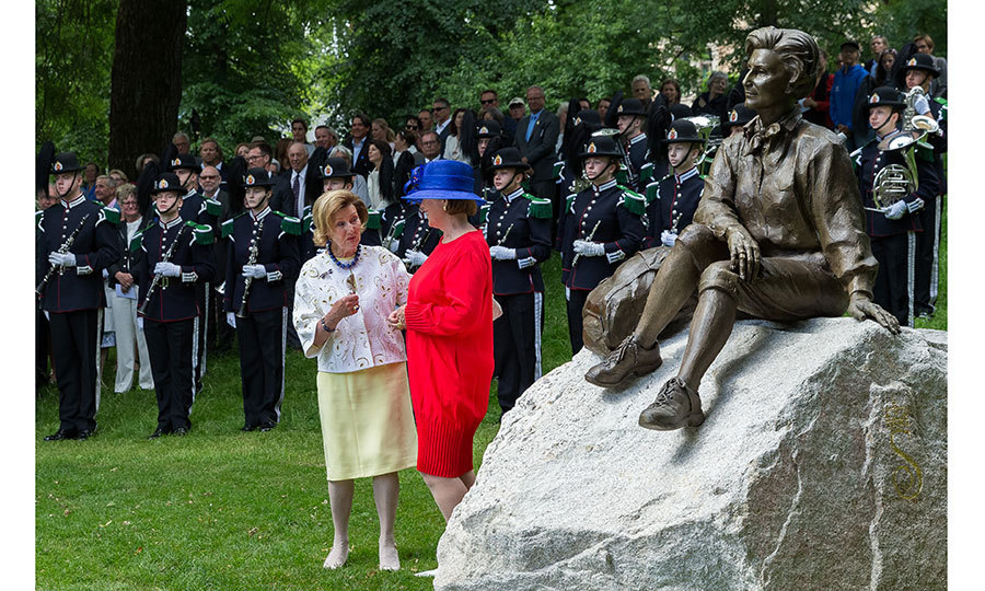 After the unveiling of the gift – a bronze statue of the queen in her hiking clothes – Queen Sonja, left, had a chance to speak with the artist behind the work of art, Kirsten Kokkin.