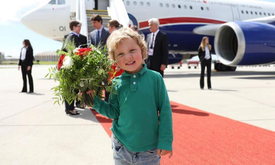"""Check out these flowers!"" Hadrien and his bouquet tag along to Germany for the G20 Hamburg summit.