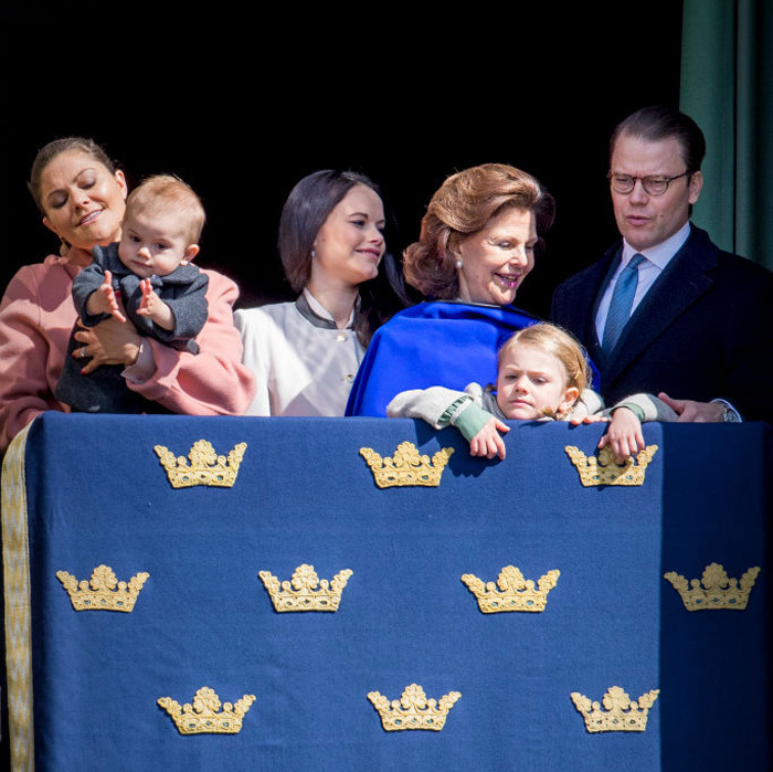 Joining along with the crowd below, Oscar clapped his hands as he and his family celebrated King Carl Gustaf's birthday from the balcony.