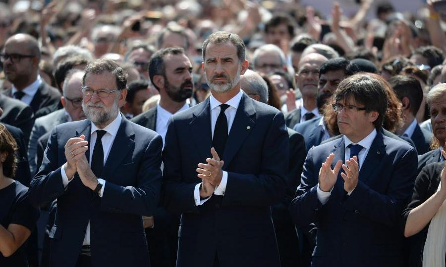 <p>King Felipe holds minute's silence in Barcelona.</p>