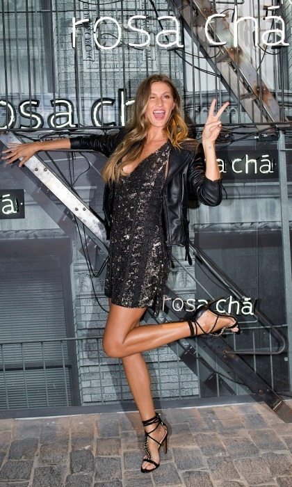 Gisele Bundchen kicked up her leg and threw up the peace sign during the Rosa Cha presents Gisele Bundchen event on August 16 in São Paulo, Brazil.