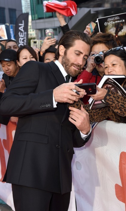 A very dapper Jake Gyllenhaal took the time to talk with his fans at the premiere of his film Stronger at Roy Thomson Hall on September 8.
