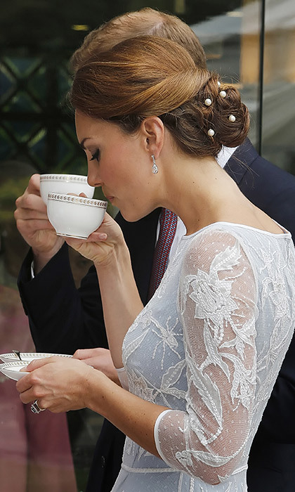 <p><strong>How to hold a teacup</strong></p>