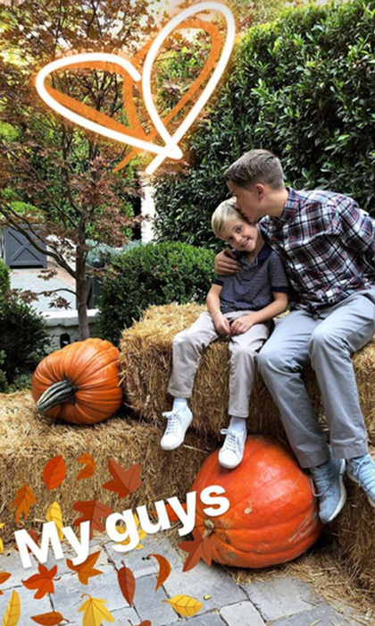 <p>Reese Witherspoon captured her sons Deacon Phillippe and Tennessee Toth in an endearing moment on some hay and next to some extra large pumpkins.<br /><br />Photo: Instagram/@reesewitherspoon</p>