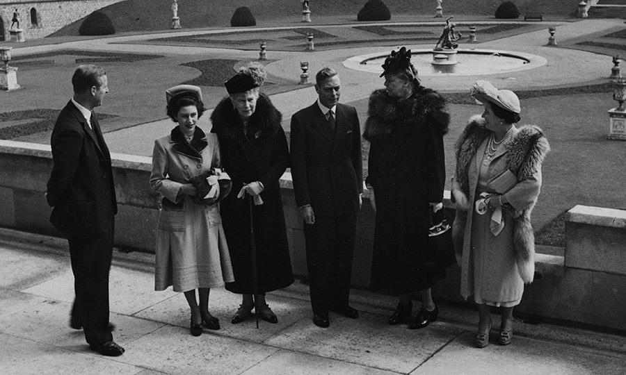 <p><strong>ELEANOR ROOSEVELT AND THE BRITISH ROYAL FAMILY</strong> Ready for a MAJOR throwback? Here's a classic photo from April 1948 as the British royals met with First Lady Eleanor Roosevelt, wife of President Franklin D Roosevelt, on the terrace at Windsor Castle. From left to right: Prince Philip and his wife, then-Princess Elizabeth (the future Queen Elizabeth II), Queen Mary, King George VI, Mrs Roosevelt and Queen Elizabeth, the monarch's wife who would become the Queen Mother.</p>