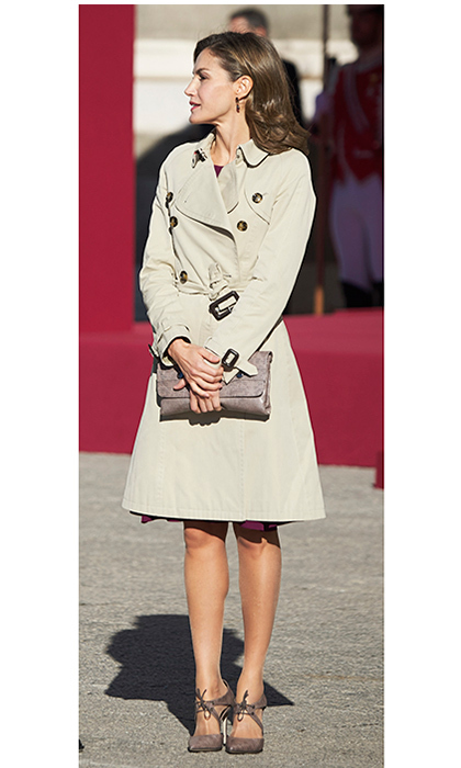 <p>Joining her husband King Felipe VI of Spain to welcome Israeli President Reuven Rivlin and wife Nechama Rivlin to the Royal Palace in Madrid, Queen Letizia was on trend for fall in a cool trench by Burberry. The royal's clutch and shoes are from one of her go-to labels, Magrit.<br /><br />Photo: Carlos Alvarez/Getty Images</p>