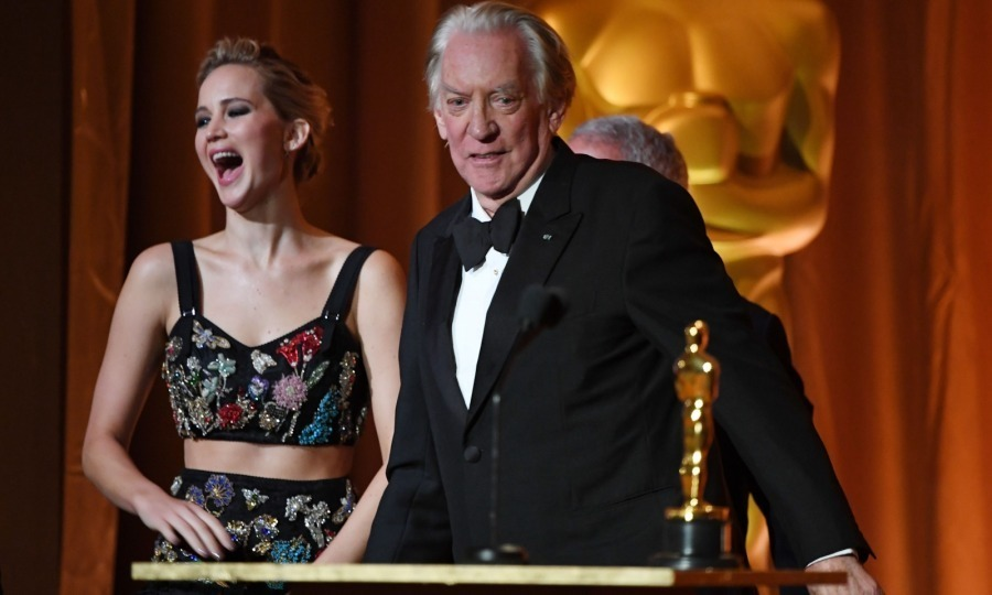 <p>Once inside, Jennifer, who wore an intricate two-piece Alexander McQueen gown, presented an honorary Oscar to her <em>Hunger Games</em> co-star Donald Sutherland. Clearly, she was still giddy from all that photobombing! Her smile was also due to the fact that her boyfriend was her date. Darren Aronofsky and Jennifer seemed to be in good spirits as they sat at the same table and enjoyed each other's company.</p>