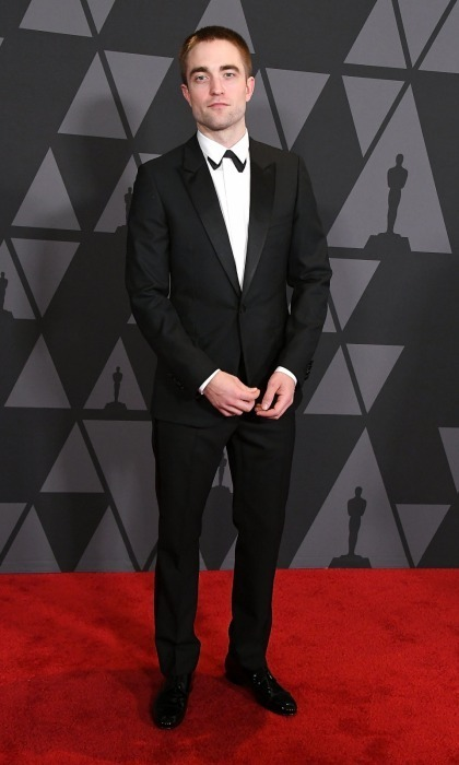 <p>Robert Pattinson, who has earned Oscar buzz this season for his role in <em>Good Time</em>, looked dapper as he walked into the Hollywood awards ceremony. The 31-year-old talent wore a Dior Homme suit with a unique twist: his bowtie was placed underneath his shirt lapel.</p>