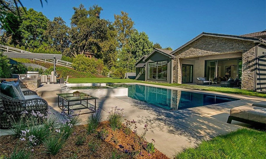 The property has a large and private garden, with a swimming pool, outdoor seating and sunbeds, so Kris can enjoy the year-round Californian sunshine. There is also a BBQ and al fresco dining area, a great alternative to the more formal dining room indoors.