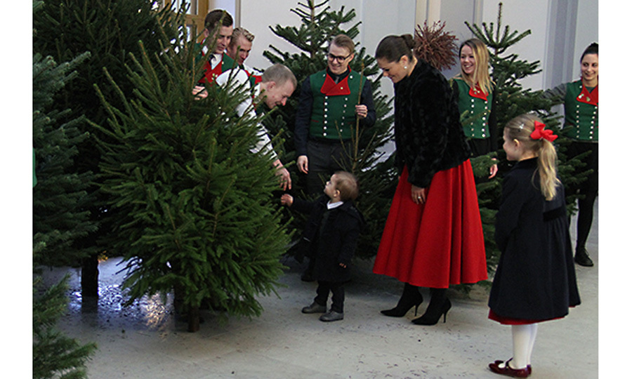 <p>Victoria and her children received Christmas trees from students at the master's program at the Swedish University of Agricultural Sciences. The university has presented Christmas trees to the royal palace since the late 1960s. Oscar adorably shook hands with one of the students, while inspecting trees with his mom and sister.</p> 