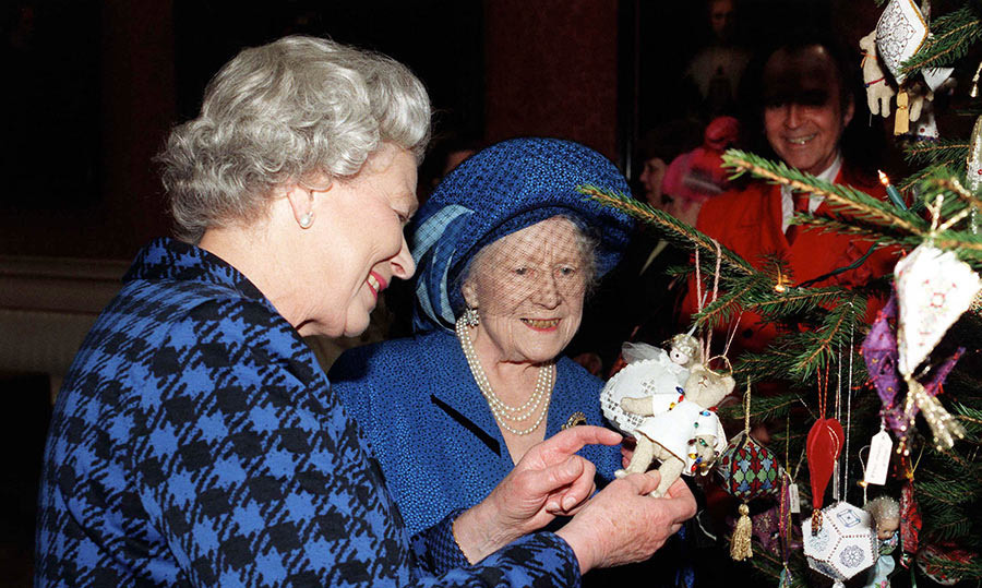 <p>A number of celebrity and amateur embroiderers provided their own decorations for the Queen's Christmas tree in 1998, crafting some 500 ornaments for the tree &ndash; as admired by Her Majesty and the Queen Mother.</p>
