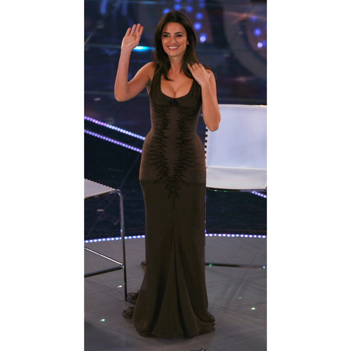 <p>At the 57th Sanremo Music Festival in 2007, Penelope stunned in a sleek figure-hugging brown frock that was anything buck simple.</p>