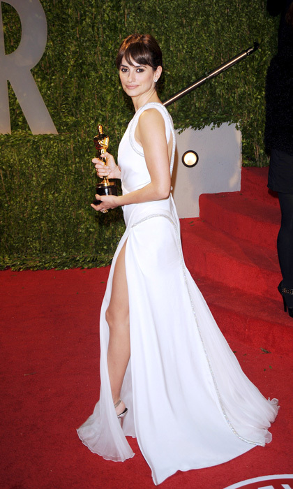 <p>Penelope had the perfect accessory to complement her flowing white gown at the 2009 Vanity Fair Oscars party — the Best Supporting Actress award that she received earlier in the evening! The Spanish beauty showed off her toned legs thanks to slits on both sides of her beautiful dress. </p>