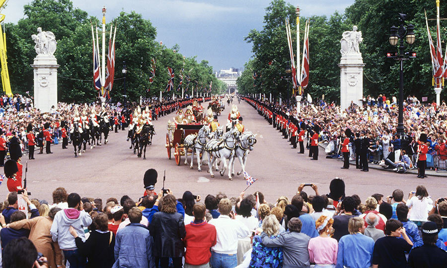 <p>Throngs of well-wishers lined the streets as Sarah and Andrew made their way to the Palace in the royal procession. A crowd of 100,000 would gather to see the couple's first public kiss as husband and wife on the Palace balcony.</p>