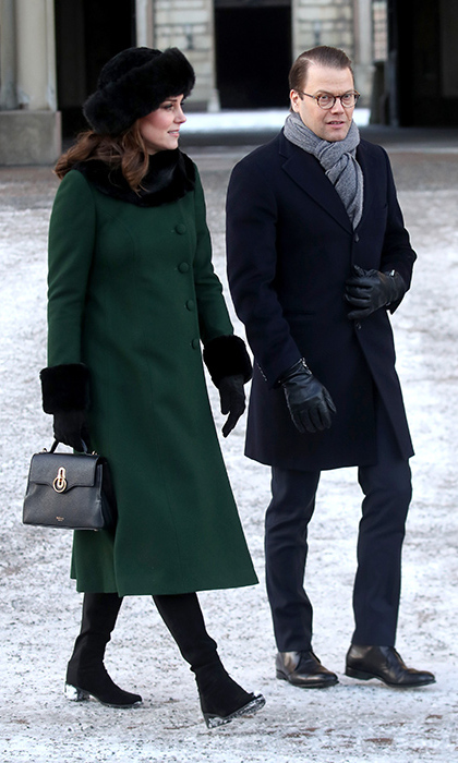 Kate Strolls Through Stortorget On Royal Tour Wearing A Gorgeous Green Coat And Mulberry Bag Tours Hello Canada