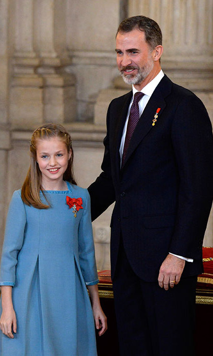<p>King Felipe presents Princess Leonor with the Order of the Golden Fleece.</p>