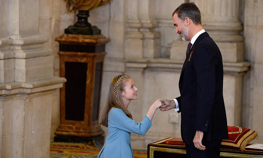 <p>King Felipe presents Princess Leonor with the Order of the Golden Fleece. </p>