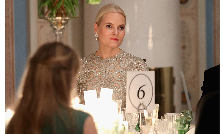 Norway's future queen Crown Princess Mette-Marit has drawn comparisons to Queen Elsa from Frozen during the royal visit! Here the cool blonde looks stunning in lace and diamonds at the black tie dinner held in honor of the Duke and Duchess of Cambridge in Oslo. 