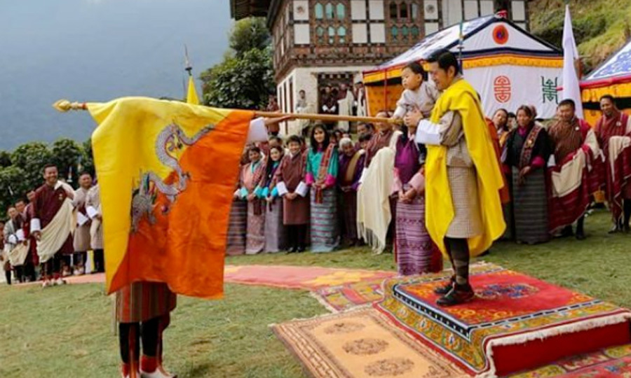 <p>The little Prince touched the flag during the Marchang ceremony to mark his first visit to Her Majesty's ancestral paternal home in Tangsibji.</p>