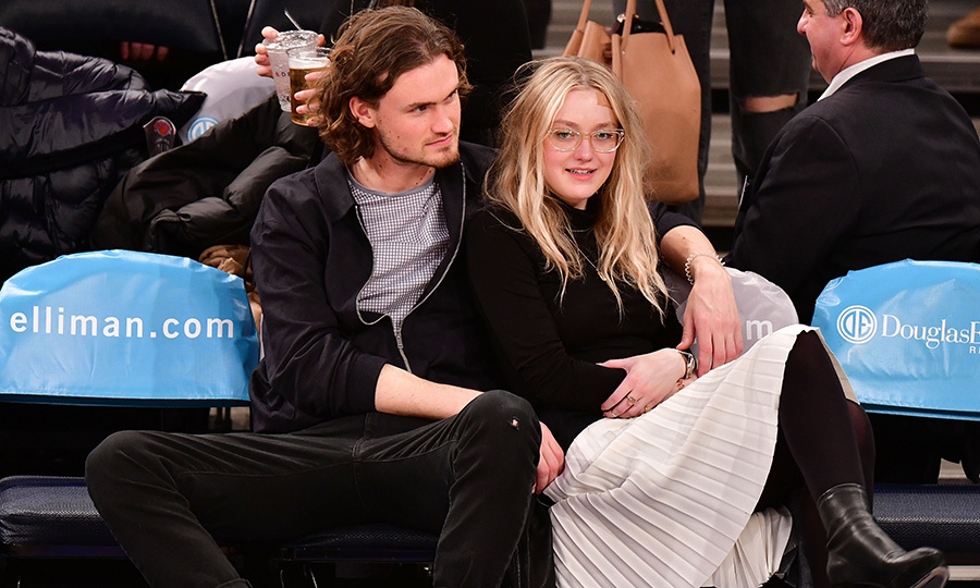 Dakota Fanning and her boyfriend Henry Frye got close and comfortable curtsied at a New York Knicks game on Feb. 6.