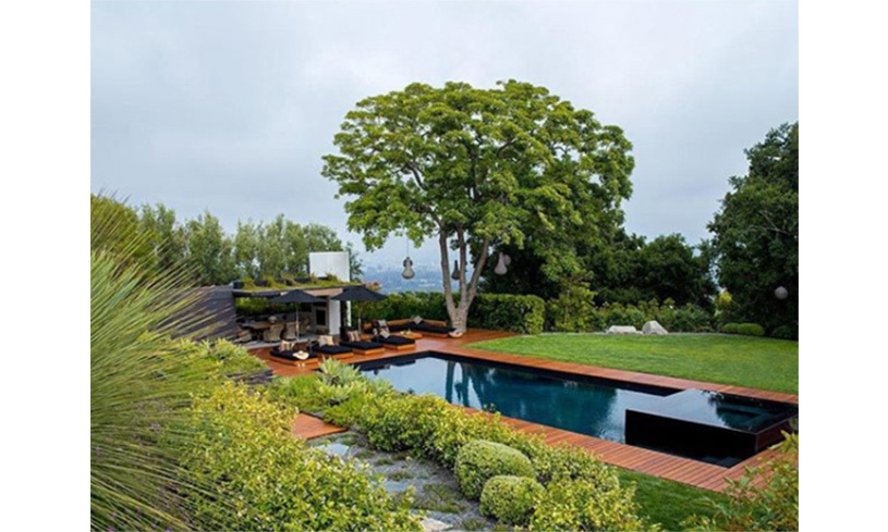 <p>The swimming pool at Jennifer Aniston and Justin Theroux's home, as seen in the new issue of <em>Architectural Digest</em>.</p>