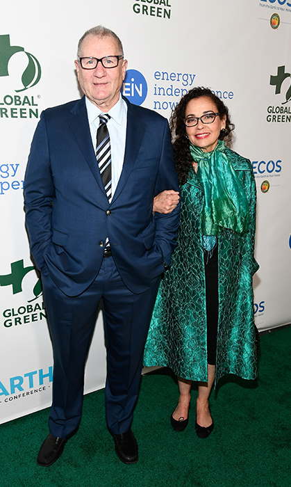 Longtime loves Ed O'Neill and Catherine Runoff looked were in fine form at the Global Green event. Catherine even wore green in honour of the cause!