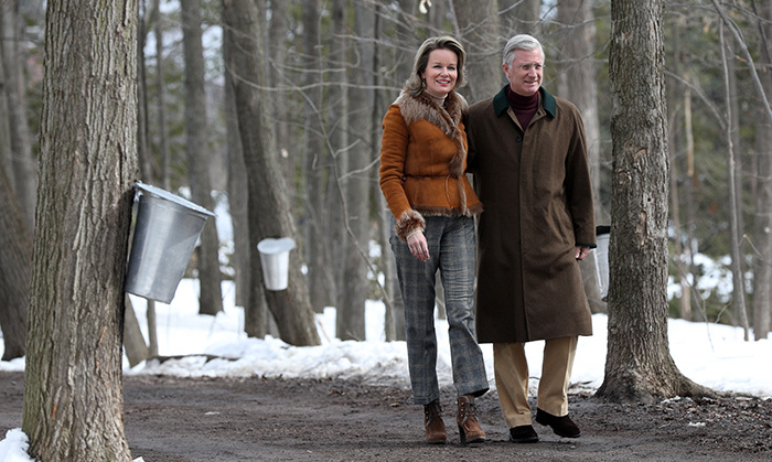The Queen and King were well-prepared for the Ottawa chill! Mathilde looked winter-chic in a brown fur-lined coat, paired with a sophisticated pair of grey checked trousers. Her husband looked equally classy in a brown overcoat and beige pants.