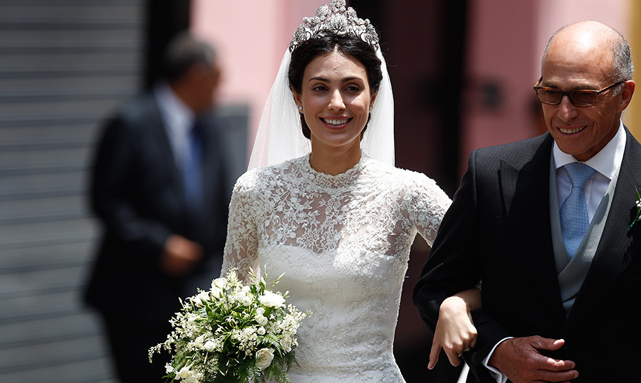 <p>The beautiful bride was all smiles as she walked arm-in-arm with her father, Felipe de Osma. Her bouquet was a beautiful blend of white flower and green leaves.</p>