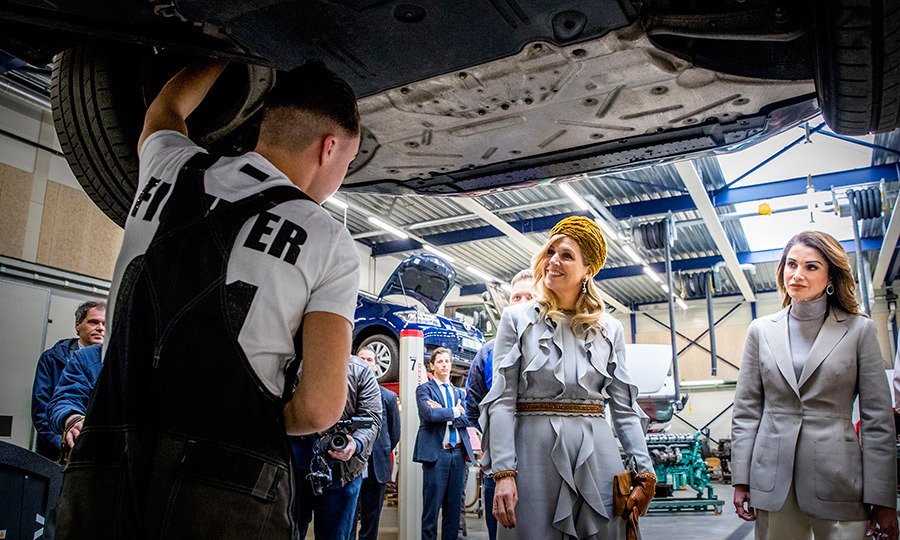 <p>Queens Maxima and Rania chatted with a student who was hard at work on a car at the ROC Mondriaan technical school.</p>
