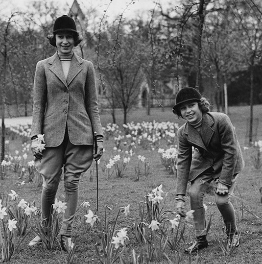"<p>Here we see a young Princess Elizabeth, then aged 14, with her sister <a href=""https://ca.hellomagazine.com/tags/0/princess-margaret""><strong>Princess Margaret</strong></a> back in 1940 at Windsor Castle. The pair looked very stylish in their jodhpurs, which taper at the calf, as they picked daffodils.