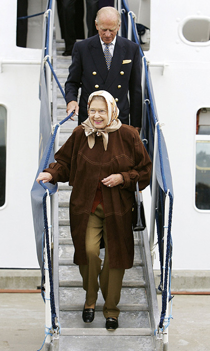 <p>The Queen seemed happy and relaxed as she vacationed in Scotland in 2006 to celebrate her 80th birthday. She looked elegant in the taupe trousers and brown coat combination.