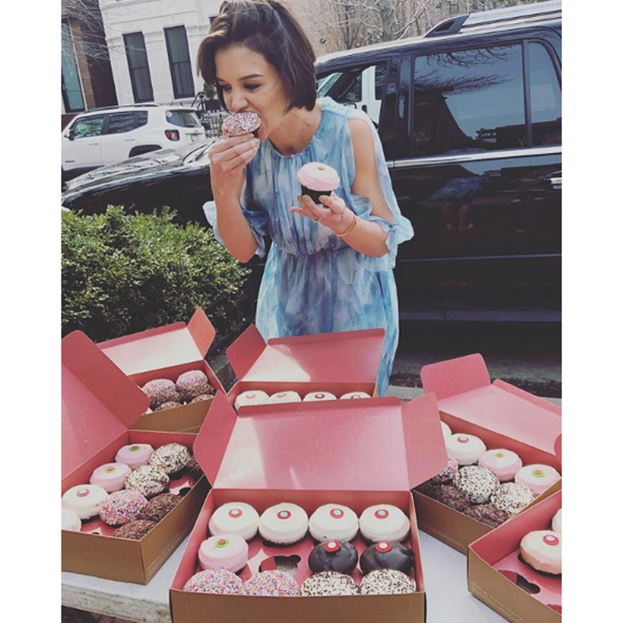 Why choose just one cupcake when you can have them all? Katie Holmes celebrated the wrap of her latest project in Chicago with Sprinkles.