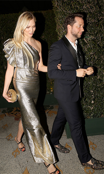 <p>Karlie Kloss showed off her golden figure in this dazzling one shoulder number while leaving Gwyneth's party with writer Derek Blasberg.</p>