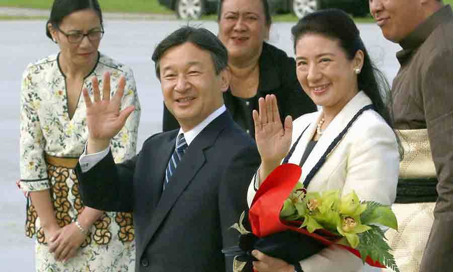 <p>Japanese Crown Prince Naruhito and his wife Crown Princess Masako stopped for a photo upon arriving in the Tonga.</p>