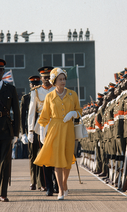 <p>The Queen put a fashionable golden touch on her arrival in Zambia in 1979.