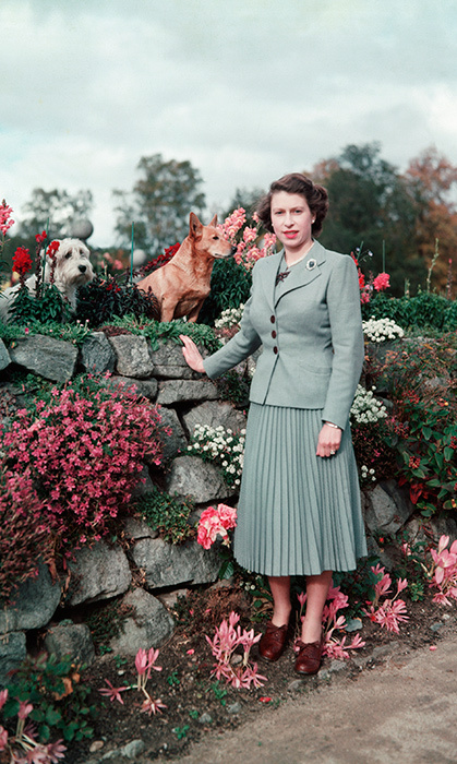<p>The Queen looked totally chic alongside her pups in the gardens of Balmoral Castle in 1953.