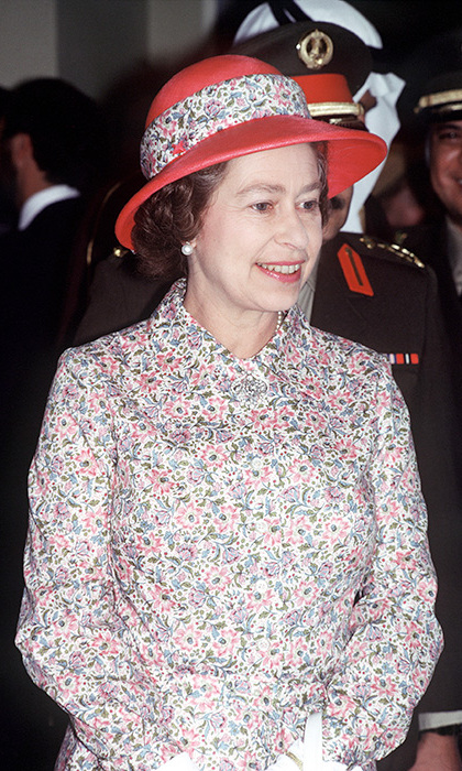 <p>On a visit to Saudi Arabia in 1979, Her Majesty stunned in a small floral print with a matching hat. 