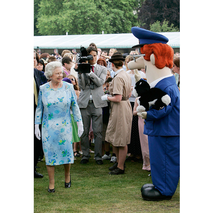<p>But she met with a blue outfit contender on her 80th birthday in 2006. Who wore it best? No question – the Queen.