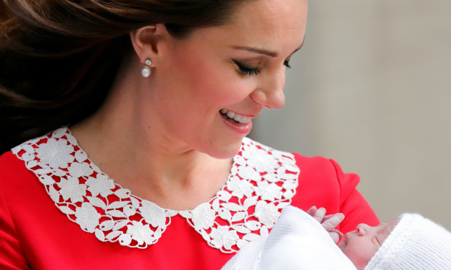 95fc7008ff5 Kate Middleton wears the Queen s earrings to introduce royal baby ...