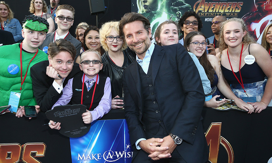 <p>Nice guy Bradley Cooper took a moment to pose with some adoring fans.</p>