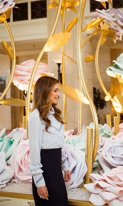 <p>She's the queen of pencil skirts! Here, Rania admired some stunning artwork.</p>