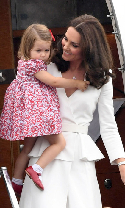 <p>Little Charlotte is the apple of her mom's eye! Kate held on to her daughter after the flight from London to Warsaw.</p>