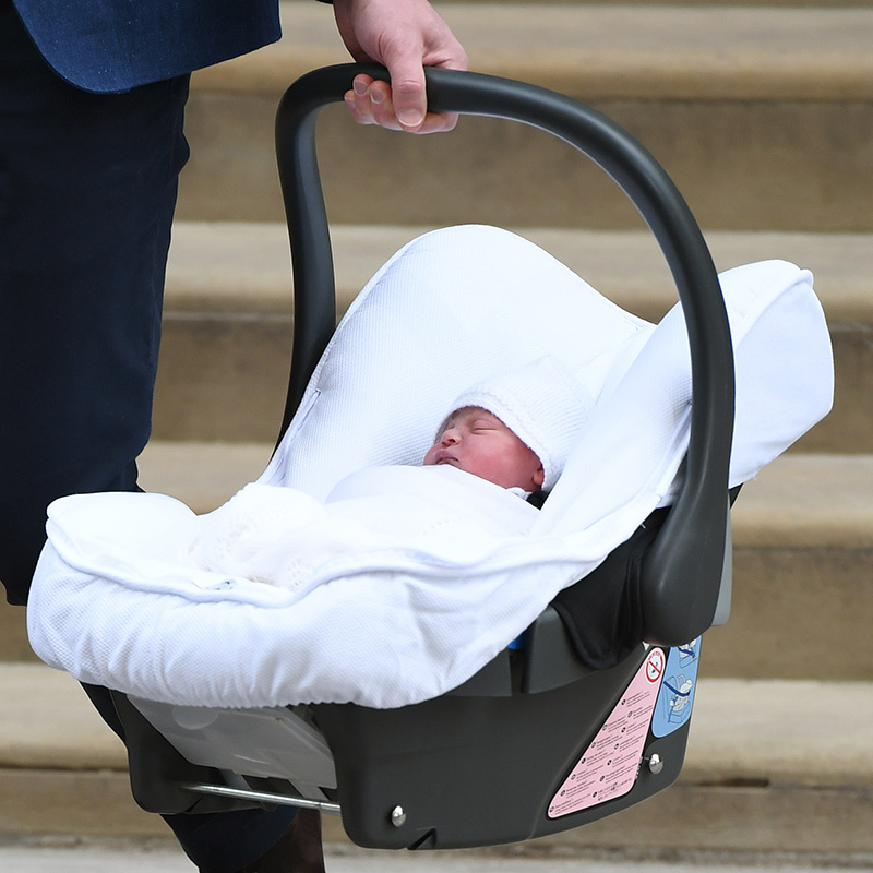 Little Louis went home from the hospital in the same Britax Römer car seat that his big brother Prince George and big sister Princess Charlotte used. The cozy white cover was from Spanish brand Pasito a Pasito. 