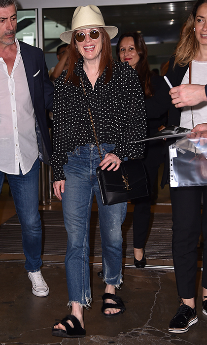 <p>Julianne Moore was ready for some sun! Arriving at the Nice Airport, she rocked some round shades, a polkadot top, frayed blue jeans and a cute beige hat.</p>