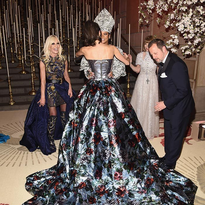With their dramatic outfits, guests at the Met Ball have to carefully navigate the stairs – and also the hugs! Amal Clooney gave Rihanna a careful embrace to the delight of two very amused onlookers – Donatella Versace and Anna Wintour!