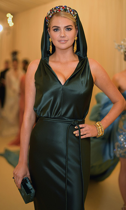 Kate Upton looked positively angelic in her gorgeous green Zac Pozen gown and colourful crown.