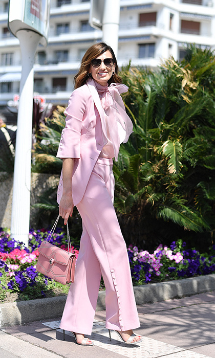 <p>Spanish model and TV presenter Nieves Alvarez was pretty in pink for a day out in Cannes! The brunette beauty dazzled in a pale pink pantsuit with a matching bag.</p>