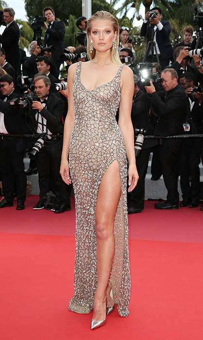 <p>German model Toni Garrn glitzed up the <em>Solo: A Star Wars Story</em> red carpet in a high-slit Roberto Cavalli gown.</p>